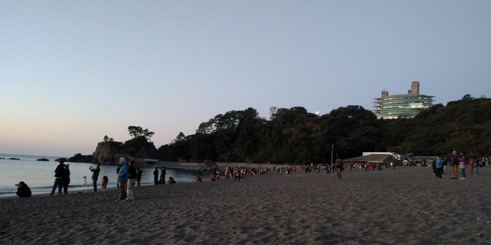 桂浜で初日の出(波打ち際の様子[西])