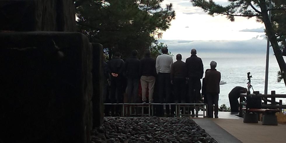 坂本龍馬像前で桂浜の自由観光