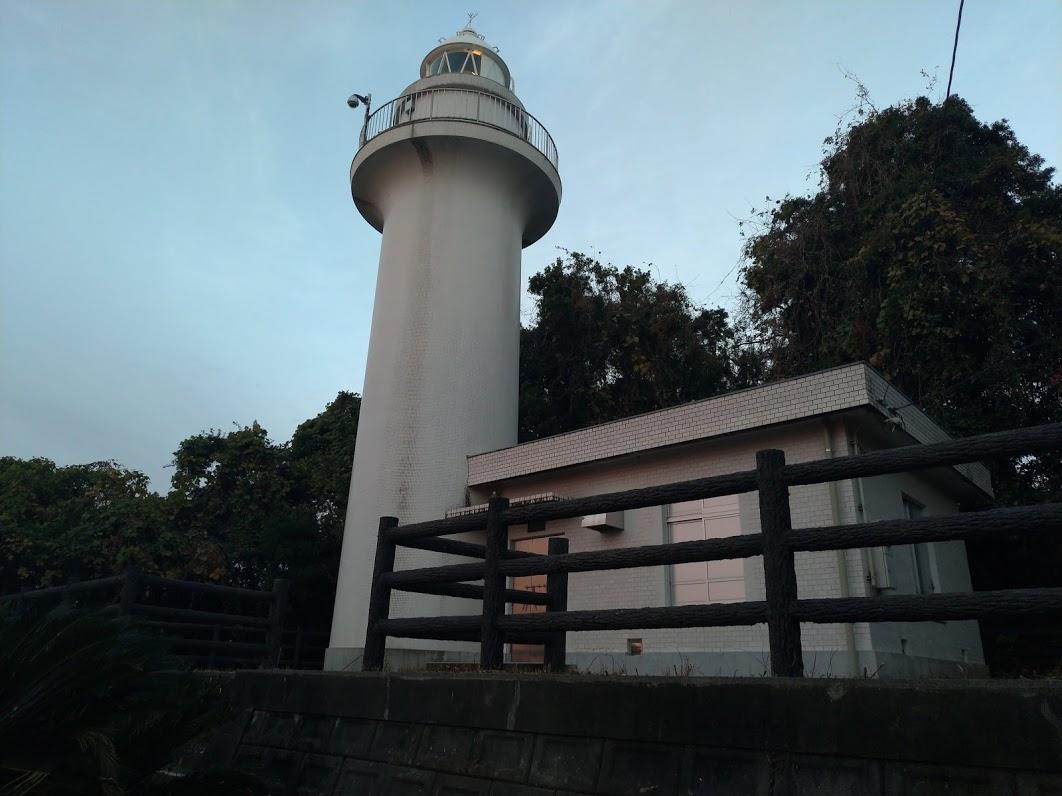 桂浜の竜王岬にひっそりと立つ高知灯台
