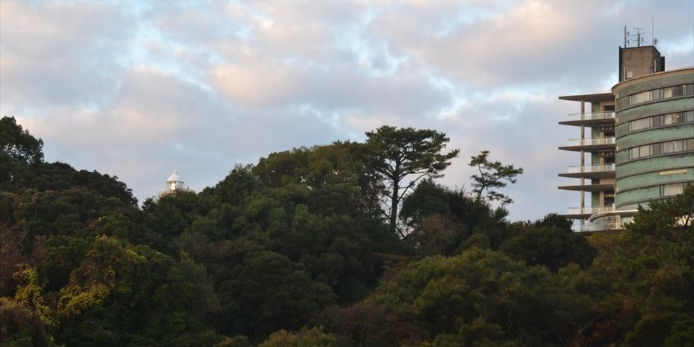 桂浜荘と高知灯台