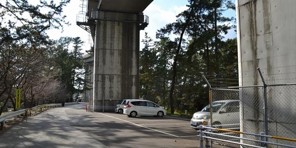 桂浜 種崎千松公園の浦戸大橋桁下駐車場