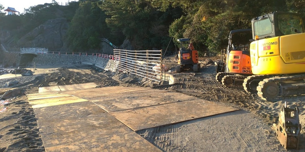工事が始まった桂浜の遊歩道
