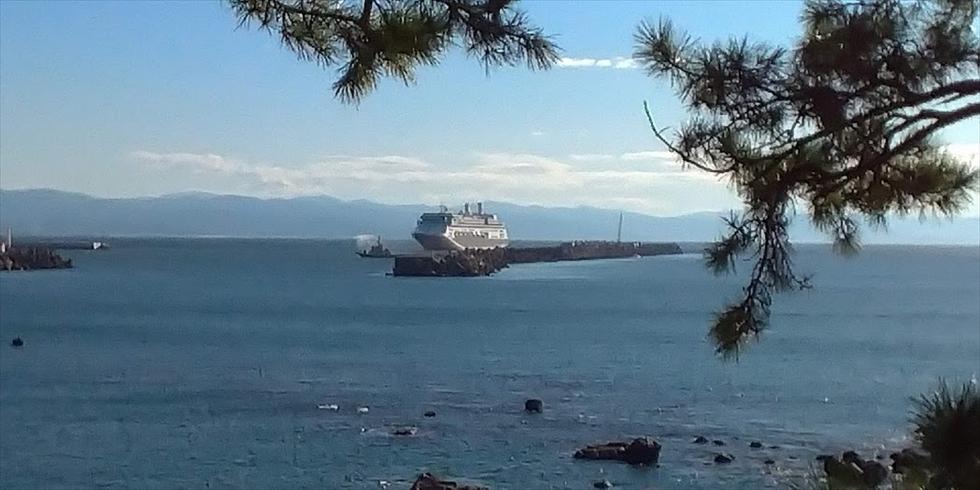 高知新港に入港するクルーズ客船(1)