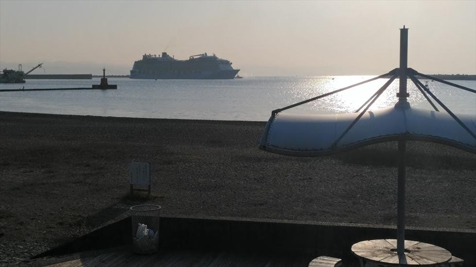 高知新港に入港するクルーズ客船(2)