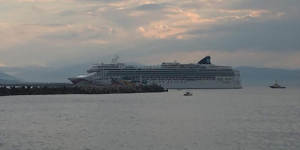 高知新港に入港するクルーズ客船(3)