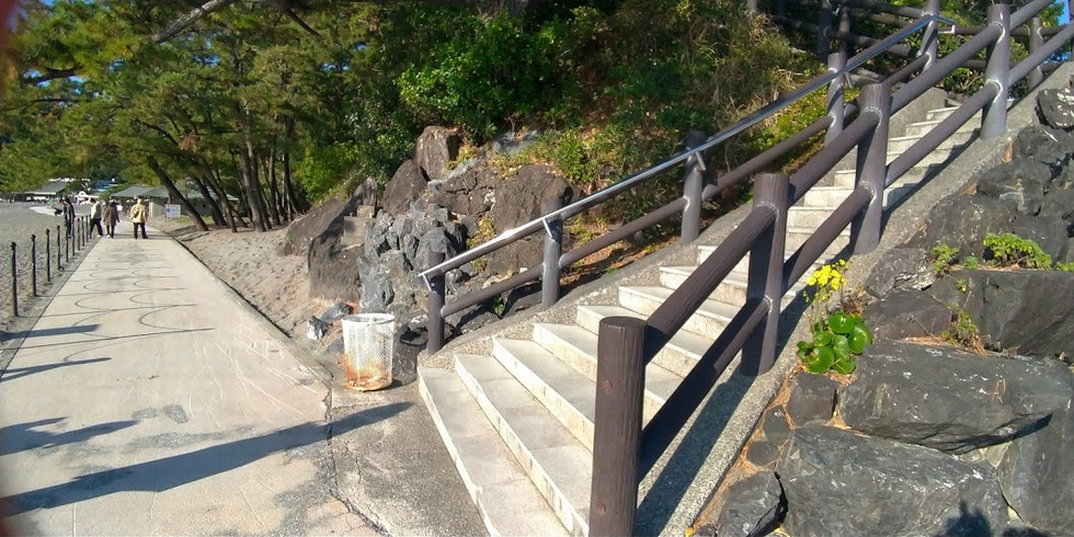 龍馬像の前の階段下手すり